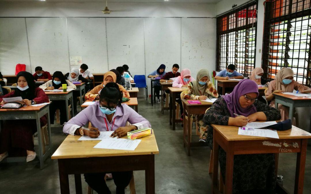 Pelajar Tingkatan 6 Bawah Menjawab Senarai Semak Keperluan Murid Dalam Kebiasaan Baharu