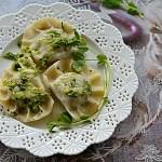 Sandacz, suszone grzyby i sos z liści zielonego groszku. Pierogi na Wielkanoc?