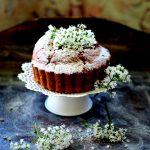 Ricotta i cytryna. Ciasto z kwiatami kozłka lekarskiego na letni podwieczorek