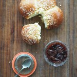 Śliwki pieczone w rumie i buchty drożdżowe z kruszonką. Śniadanie na jesień
