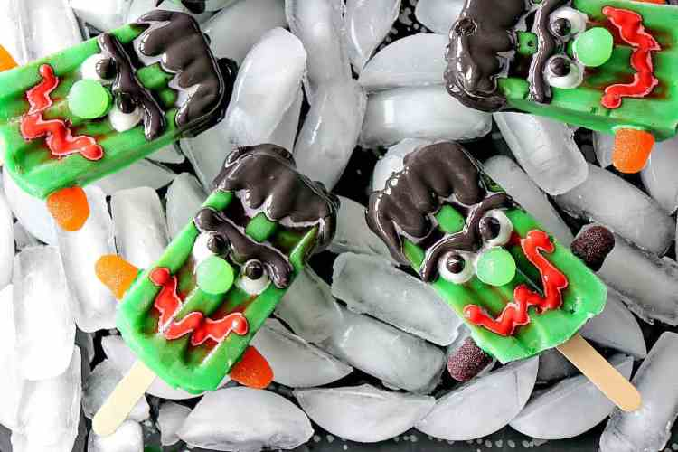 The kids will think you're the coolest mom around when you make them these Frozen Frankenstein Pudding Pops! Thank you scary much!! - kudoskitchenbyrenee.com