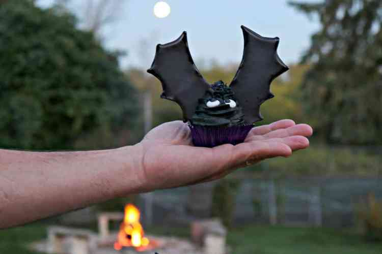 Take a bite out of these Buttercream Bat Wing Cupcakes, before they take a bite out of you! You'll be glad you did because they're BATtastically delicious, and not at all threateningto make. Let me show you how. - kudoskitchenbyrenee.com