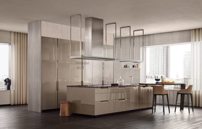 High gloss in the kitchen looks luxurious and noble. Fronts of this type have been very popular for years. (Photo: Poliform)