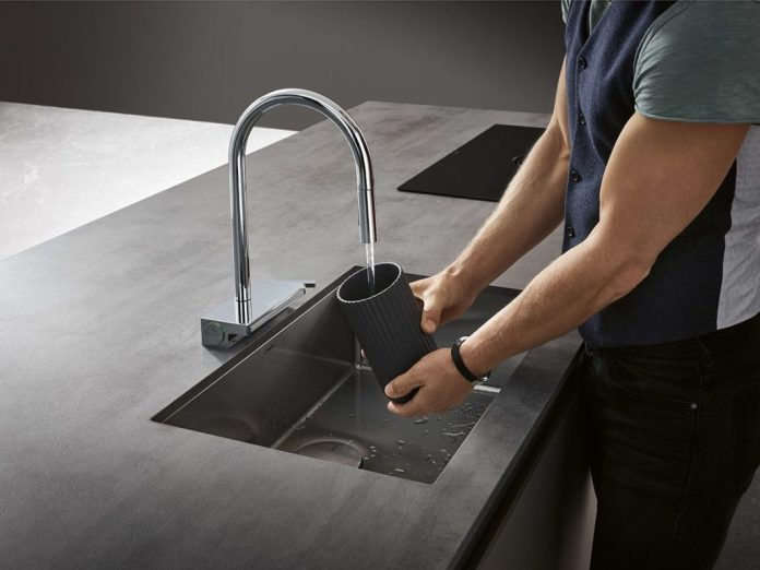 In terms of design, the customer can choose between an elegantly curved, high spout and a more angular L-shaped spout. (Photo: hansgrohe)