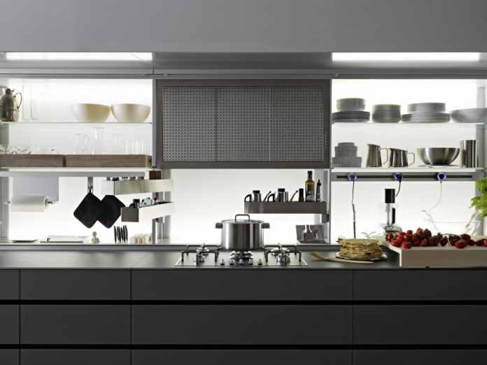 Valcucine has long since found a very delicate form of storage with the New Logica backwall system. The utensils can be concealed by a glass wall. (Photo: Valcucine)