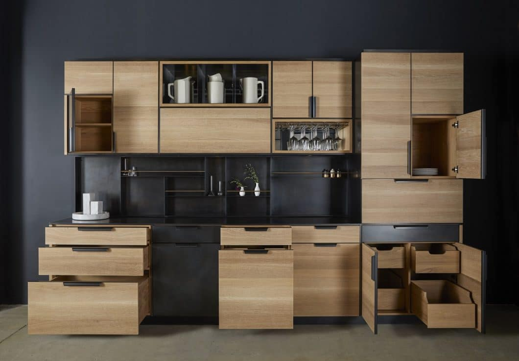 Amuneal is not a classic kitchen manufacturer, but actually specializes in metal and metal plates. However, this can be used to create beautiful kitchen designs, as this modern copy made of oak and black steel proves. (Photo: Amuneal)