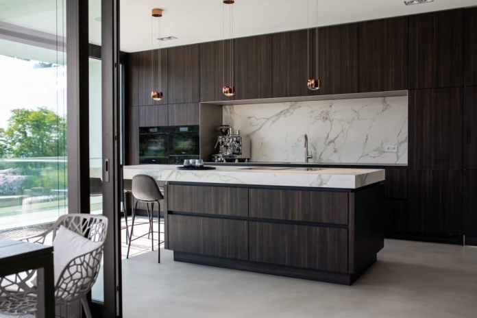 Puristic elegance now has a face: with this extremely aesthetic kitchen room made of dark wood and quartzite, a German studio won the