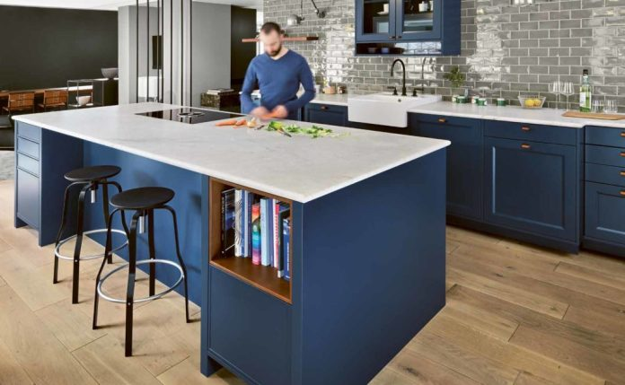 Blue is an ideal match for modern kitchen and living spaces: this proves to be bold and at the same time harmonious and soothing. (Photo: Dross & Schaffer Ludwig 6)