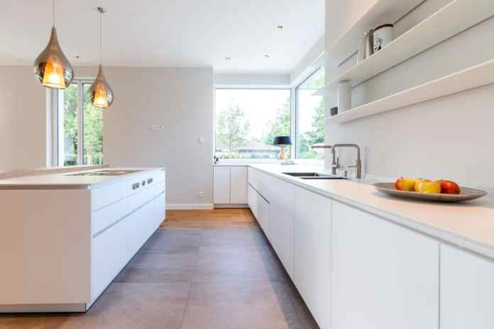 There is a wonderful view from the window along the spacious worktop, which is equipped with a waste shaft, hot water QUOOKER and high-quality fittings. (Photo: Lang Kitchens & Accessories)