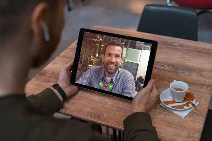 Customers and dealers can quickly exchange information and discuss kitchen planning documents using Skype and other video telephony offers from the Internet. (Photo: adobe stock / Rido)