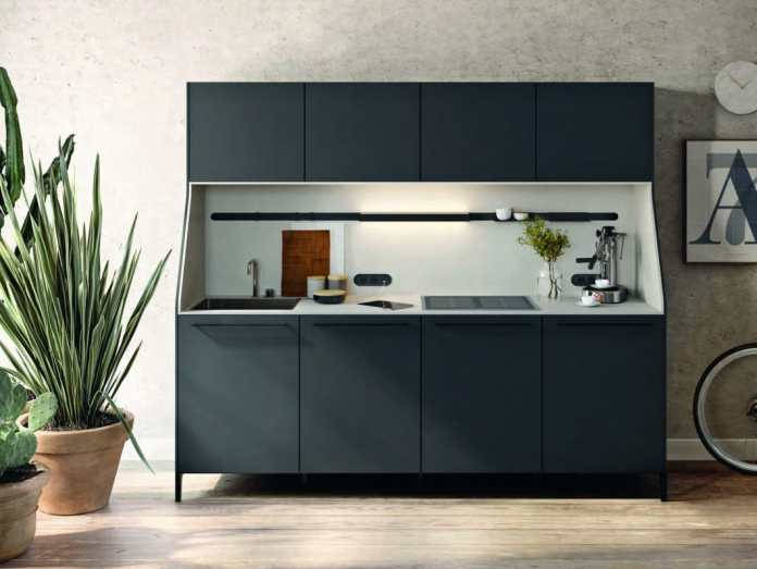 SieMatic reinterprets the kitchen buffet as a homage to the traditional piece of furniture: in a fleeting, nostalgic moment, the sloping side walls are reminiscent of the classic buffet from the year of foundation in 1929. The base frame lends lightness and lets the mini kitchen appear to float. (Photo: SieMatic)