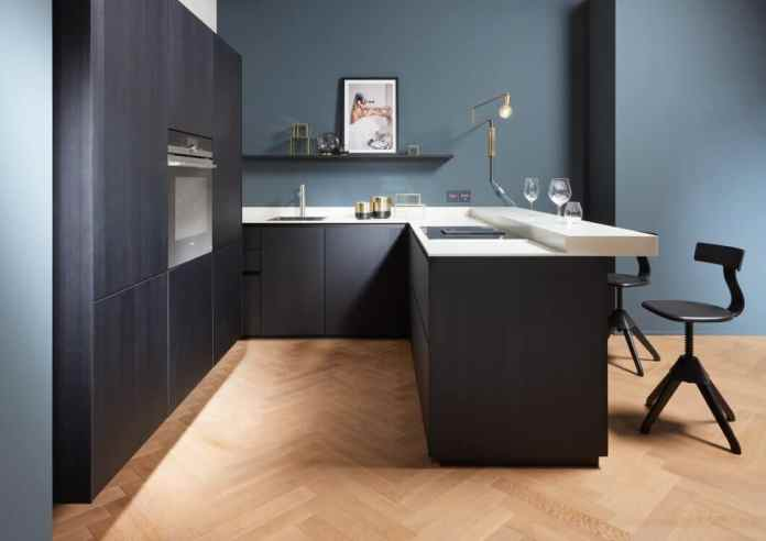 The designer kitchen manufacturer uses a uniform color concept in small rooms. Ceiling-high wall cabinets with a floating look offer maximum storage space with a light, airy look. (Photo: next125)
