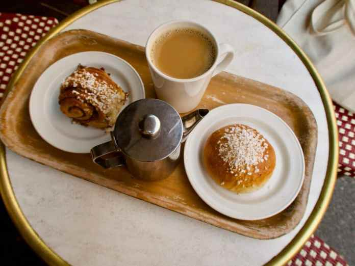 """""""Fika"""", in Sweden that is a way of life.  Often a sweet delicacy like the classic 'Kanelbullar' is served - but in any case coffee.  (Photo: stock / eah ehn)"""