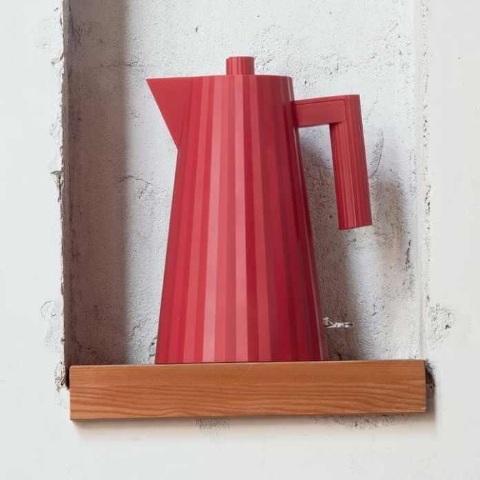 Michele De Lucchi designed the elegant kettle for the Italian design label Alessi.  (Photo: Connox)