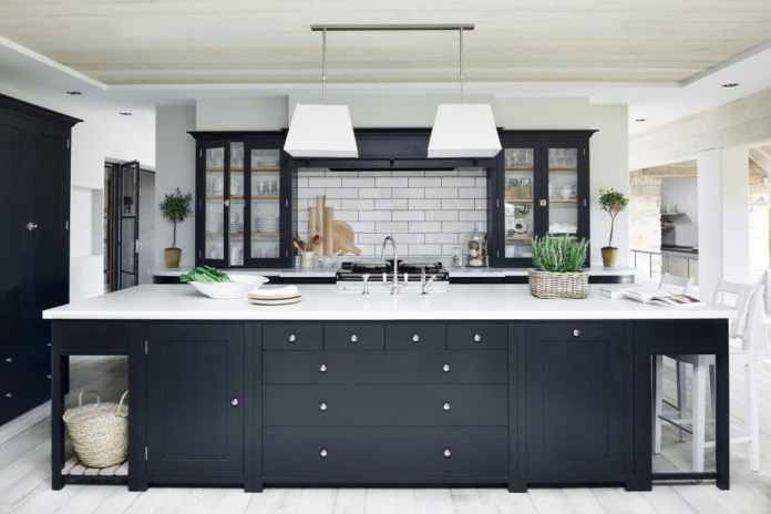 British and Scandinavian kitchens are also based on the country house style - and in turn have a completely different orientation than their French counterparts.  (Photo: Neptune Kitchens)