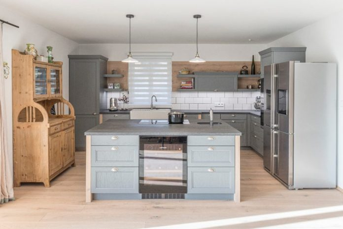 As you can see, you can't see anything: the left tall cabinet contains the washing machine and dryer, and the dishwasher is also hidden behind the gray frame front.  The exclusive wine cabinet from Liebherr, on the other hand, is allowed to appear all the more prominent.  (Photo: WohnHaus Grill & Ronacher)