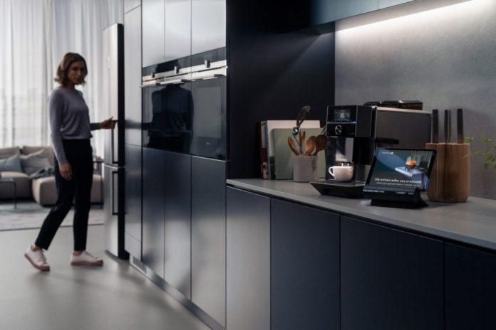 """Dank seiner 4 Mikrofone ist das """"Smart Kitchen Dock"""" jederzeit aufnahmebereit für Anweisungen. (Foto: Siemens)"""