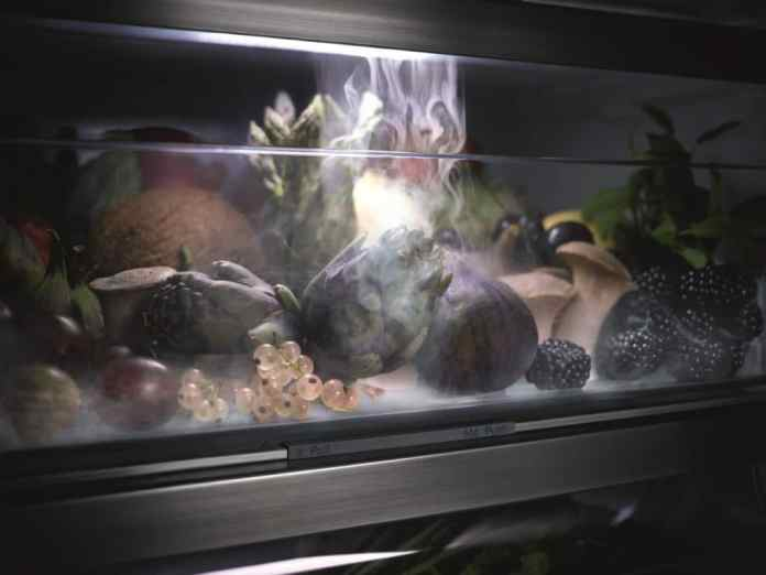 A fine spray mist envelops fruit and vegetables every 90 minutes - thus preventing the sensitive food from drying out.  (Photo: Miele)