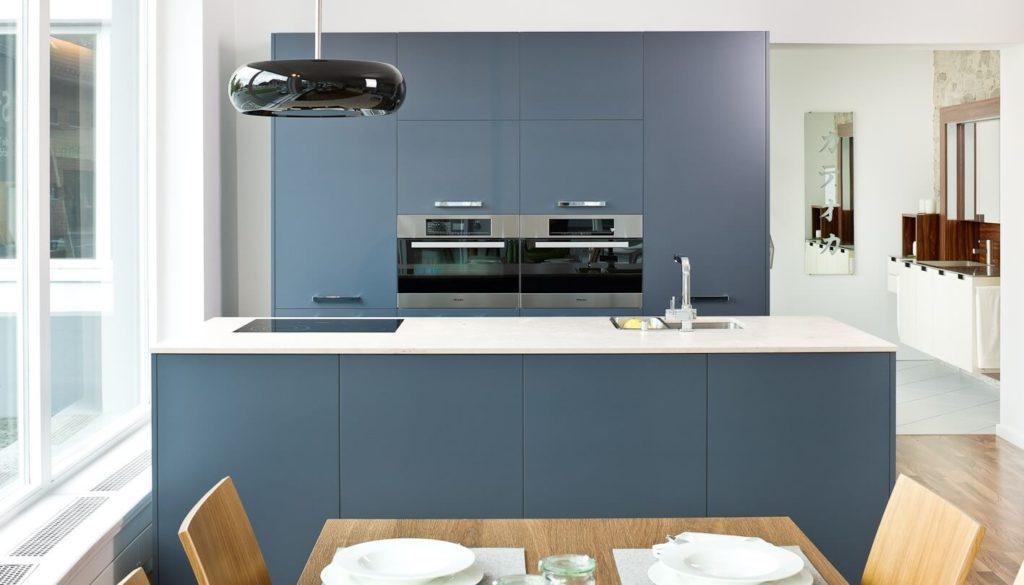 Küchen Farbkonzepte: Blaue Küche Mit Schwarzem Dunstabzug Und Weißer  Arbeitsplatte