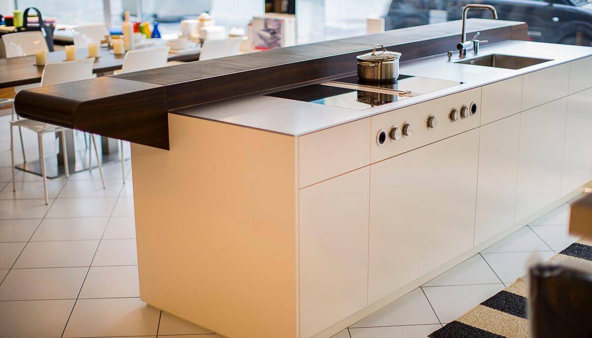 Küchen Idee 3: Schönes Beispiel Für Eine Weiße Kochinsel Mit Bartheke Aus  Dunklem Holz