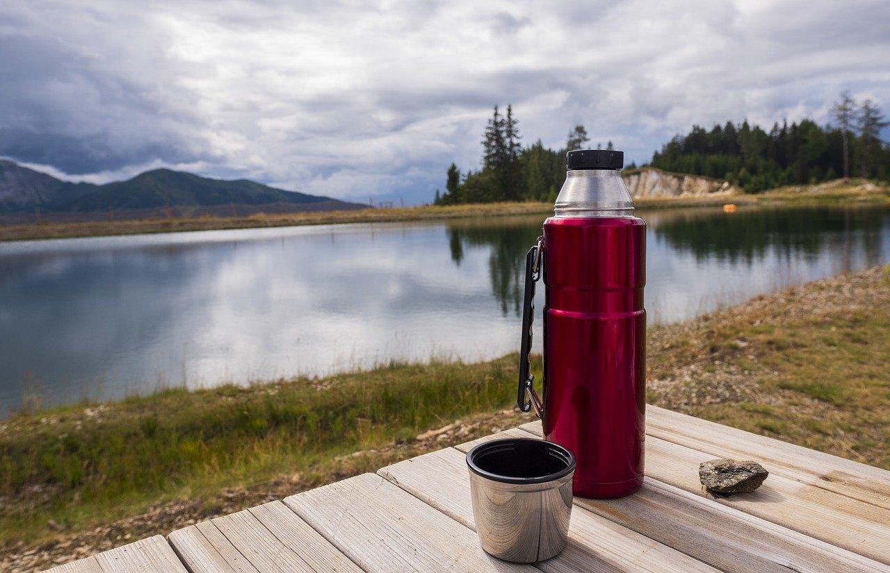 Eine gute Warmhaltekanne eignet sich auch perfekt für den Outdoor-Einsatz auf Wanderungen.