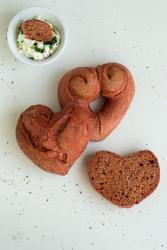 Diese Brötchen mit Randen eigenen sich perfekt um dem Liebsten an Valentinstag eine Freude zu machen. Küchentraum & Purzelbaum | #valentinstag | #brötchen | #rotebeete
