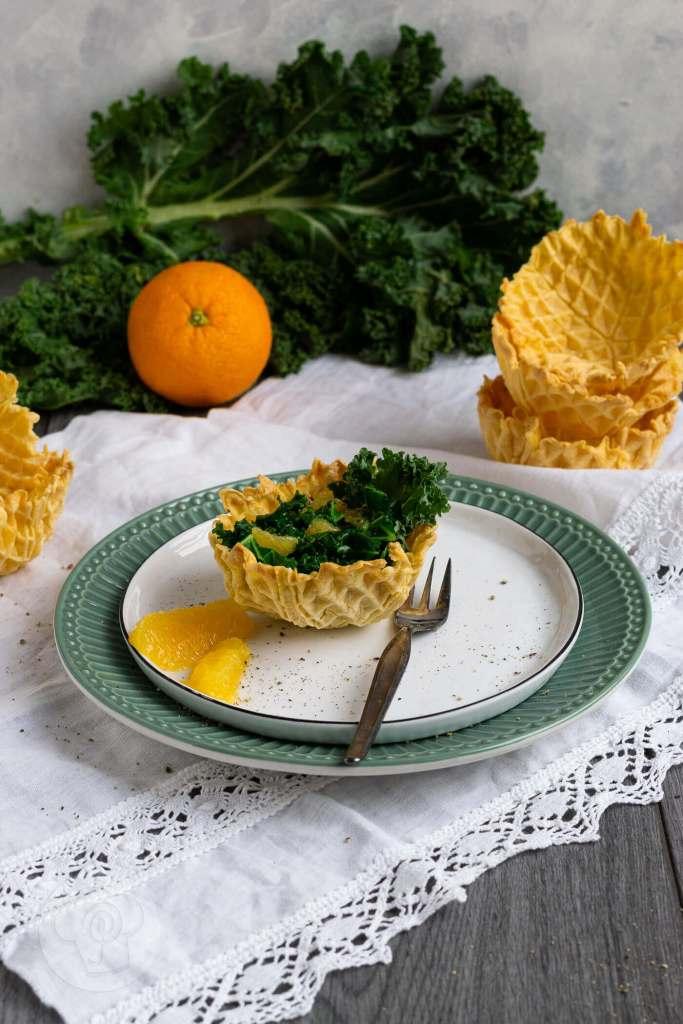 Gerade im Winter braucht unser Körper viele Vitamine und Nährstoffe. Da ist ein leckerer Grünkohlsalat mit Orangen genau der richtige Imunbooster und Vitamin C Lieferant. Dazu gibt es ein knuspriges Waffelkörbchen. Den Salat könnt ihr als Vorspeise oder auch als Beilage essen. Küchentraum & Purzelbaum | #salat | #grünkohl | #orange