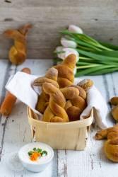 Probiert doch diese einfachen Karotten Brötchen mal aus. Sie kommen mit wenig Hefe aus, sind absolut gelingsicher und schmecken nicht nur zu Ostern gut. Durch ihre lustige Hasenform begeistern sie große und kleine Kindern. Küchentraum & Purzelbaum | #brötchen | #karotten | #ostern