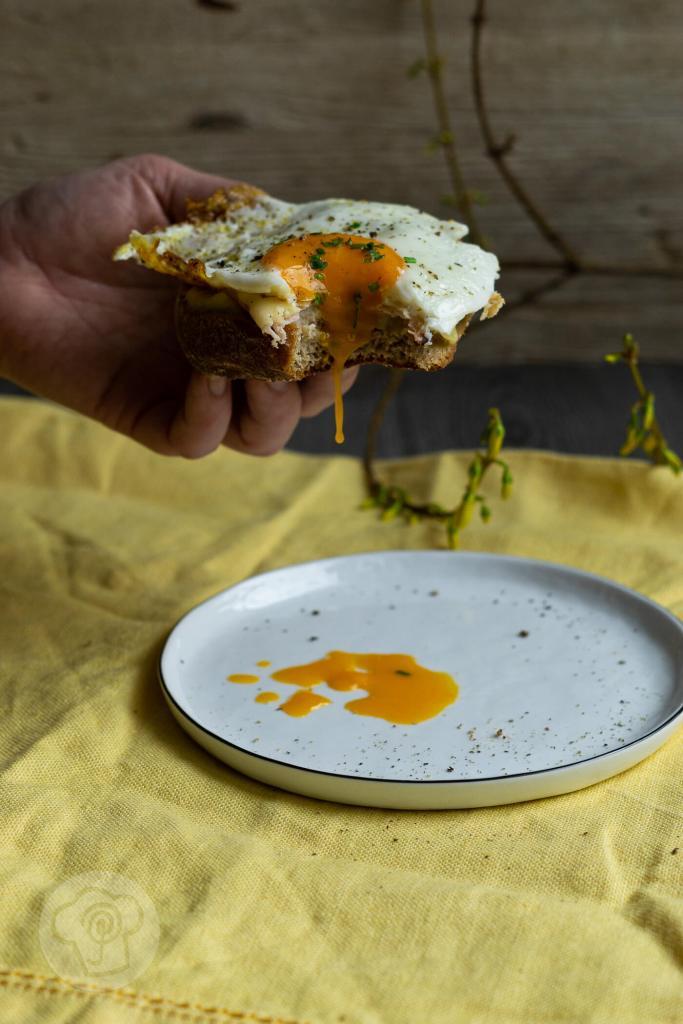 Das französische Sandwich Croque Madame ist der ideale Snack für Zwischendurch. Es passt aber auch zum Frühstück, zum Mittagessen oder zum Abendessen. Es schmeckt einfach immer. Durch leckere Vinschgauer wird ein vollwertiges Gericht daraus. Küchentraum & Purzelbaum   #snack   #sandwich