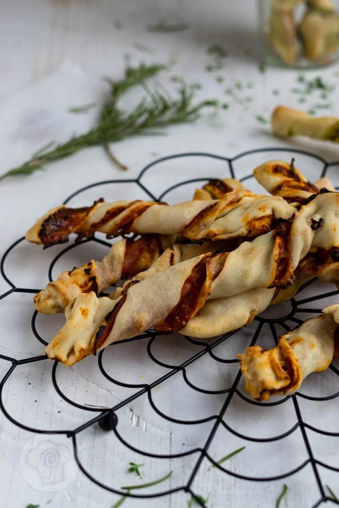 Als Snack für Zwischendurch oder als Fingerfood für das Picknick, diese gedrehten Pizzastangen schmecken garantiert Kindern und Erwachsenen. Sie schmecken übrigens auch mit Pesto. Küchentraum & Purzelbaum | #snack | #fingerfood | #pizza