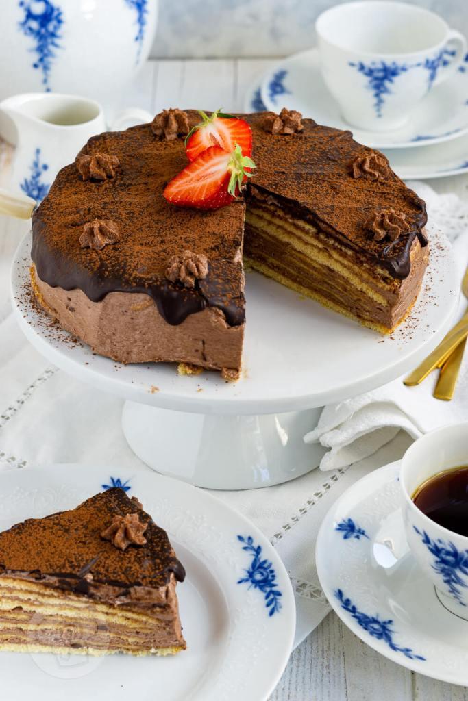 Die Prinzregententorte ist ein Klassiker der bayerischen Küche. Hierbei werden sieben dünne Biskuitböden mit einer leckeren Schokoladen-Buttercreme gefüllt, darüber kommt ein Schokoguss. Am besten schmeckt sie natürlich, wenn der Schokopudding selbst gemacht ist. Das Rezept für diese Torte ist ein Muss für alle Schokoholics. Küchentraum & Purzelbaum   #torte   #schokolade