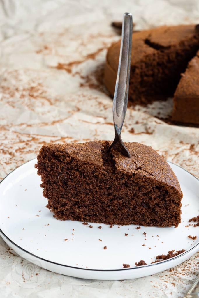 Wer Schokolade mag wird diesen polnischen Schokokuchen (murzynek) lieben. Er ist ganz einfach zu machen und hat Suchtpotential. Außerdem könnt ihr ihn auch gut ein paar Tage aufheben, ohne dass er trocken wird. Küchentraum & Purzelbaum   #kuchen   #schokolade   #schokokuchen