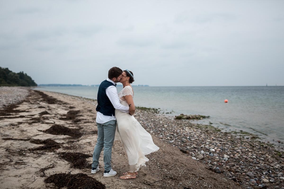 Standesamtliche Hochzeit in Kiel bei Regen Paarshooting am Strand