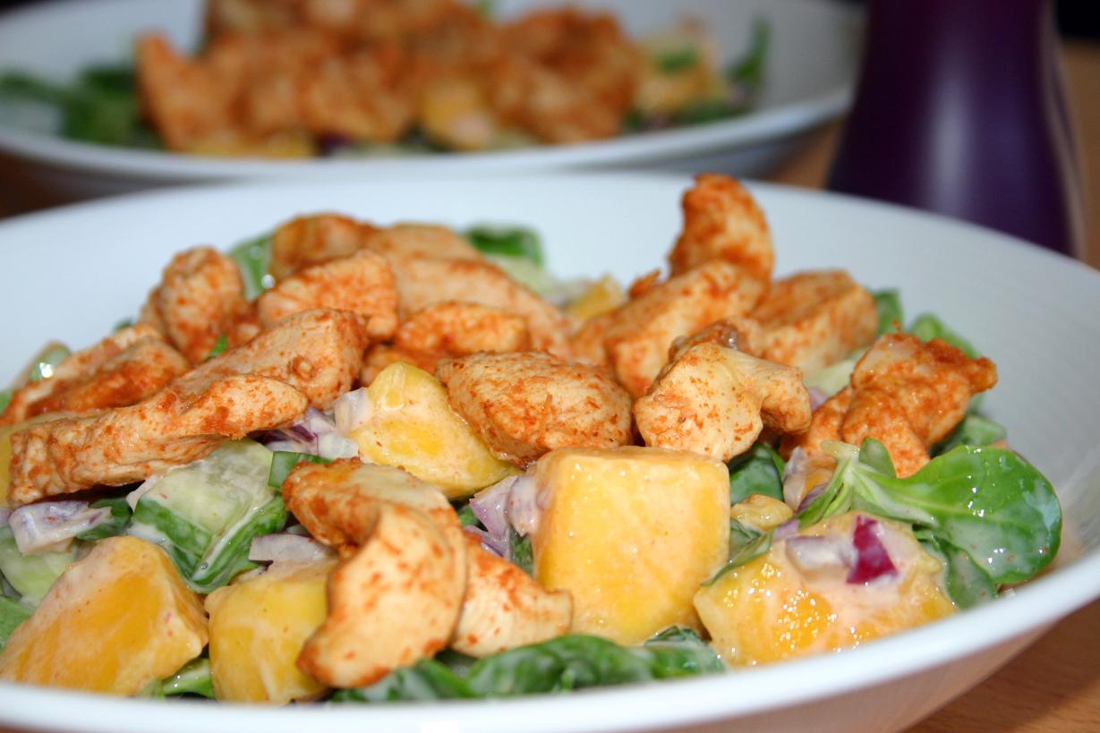 Salade de poulet épicé à la mangue