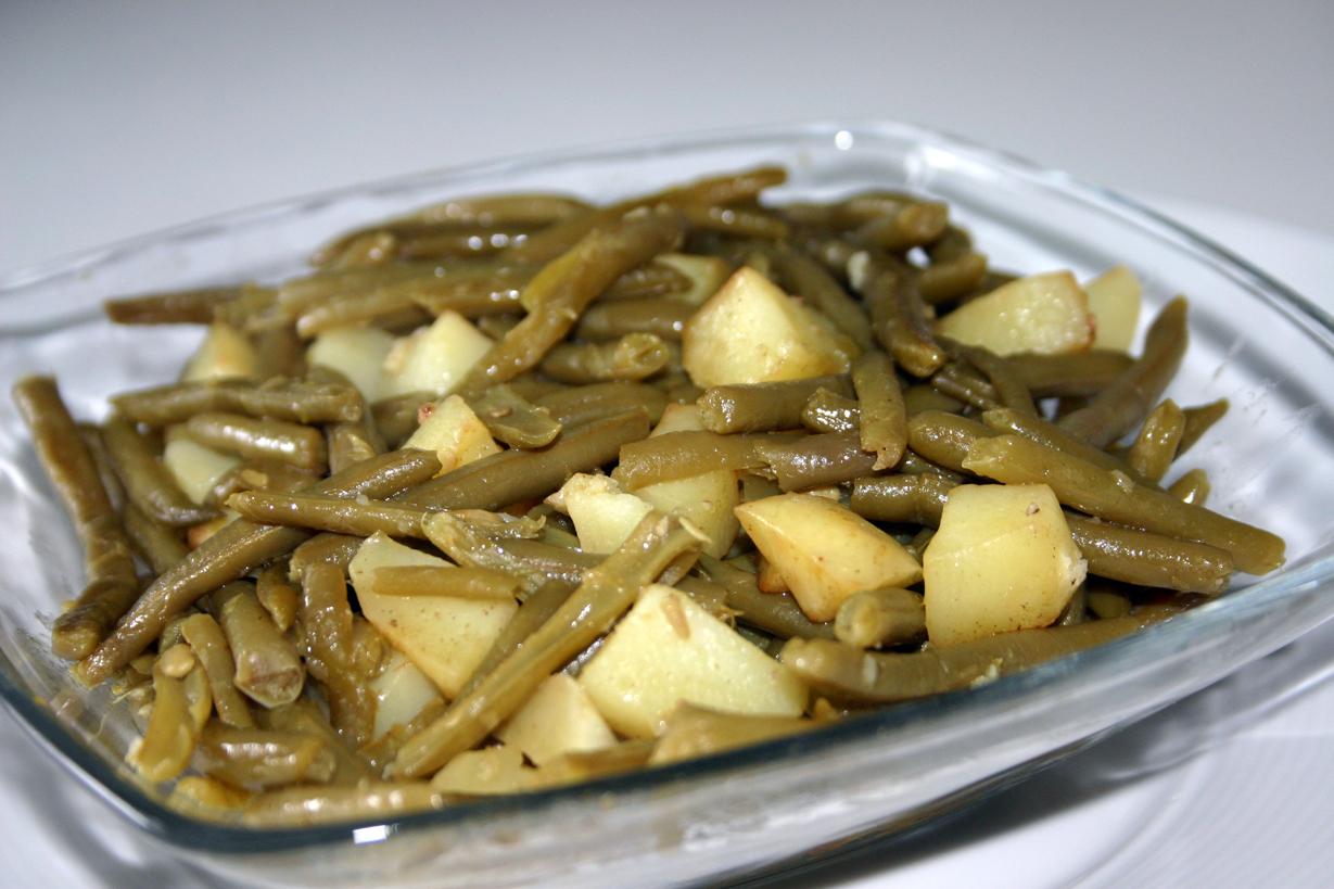 Poêlée de pommes de terre rôties et haricots verts aillés