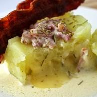 Coulant de pommes de terre au coeur de reblochon, crème de lardons et chip de lard fumé