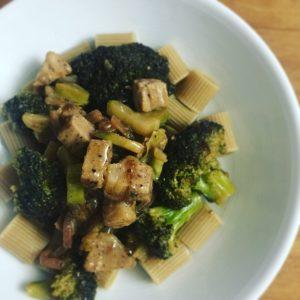 Porc sauce crémeuse soja, brocolis et pâtes complètes
