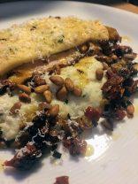 Poulet rôti, viennoise, polenta parmesan basilic, compotée échalotes tomates et pignons torréfiés