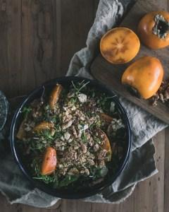 Persimonsalaatti homejuustolla ja pähkinöillä