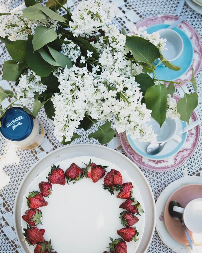 Raparperitäytekakku | täytekakku | raparperi | mansikkakakku | leivonta | kesäjuhlat