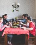 Kevätbrunssi kokoaa perheen yhteiseen pöytään