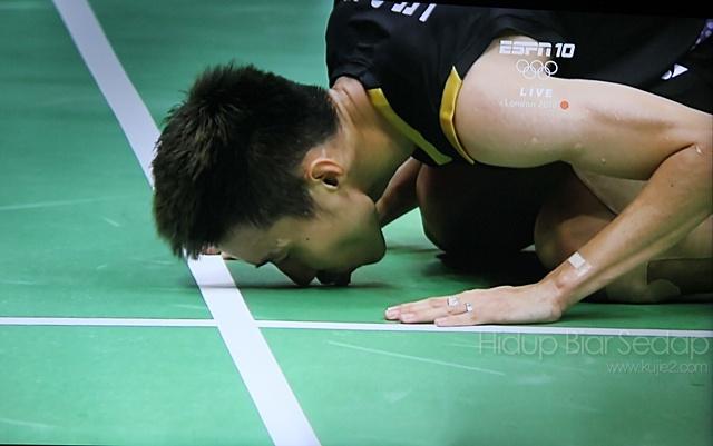 gambar lee chong wei cium gelanggang badminton olimpik 2012