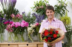 hombre-flores-floreria-ramo