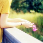 flores-mujer-chica-triste-baranda