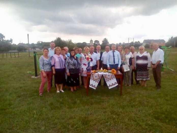 На Золочівщині відкрили новий спортивний майданчик з тренажерним обладнанням