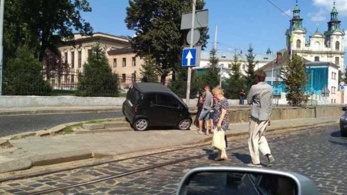 У Львові жінка не впоралась з керуванням