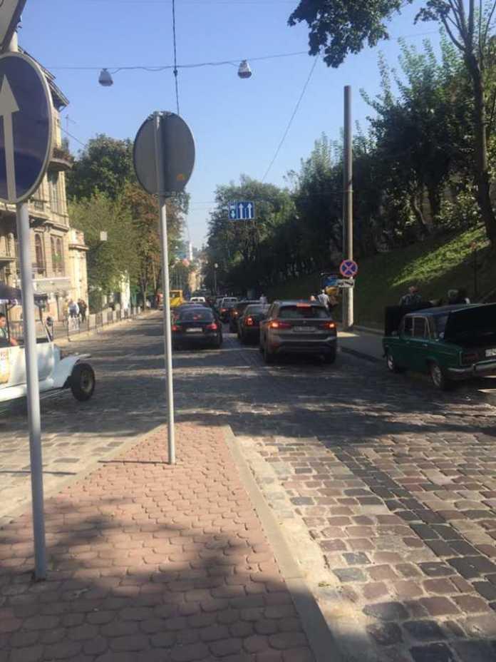 У центрі Львова - суцільний транспортний колапс