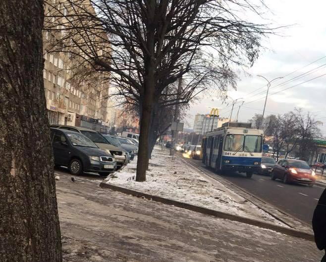 У Львові у тролейбуса тріснуло колесо
