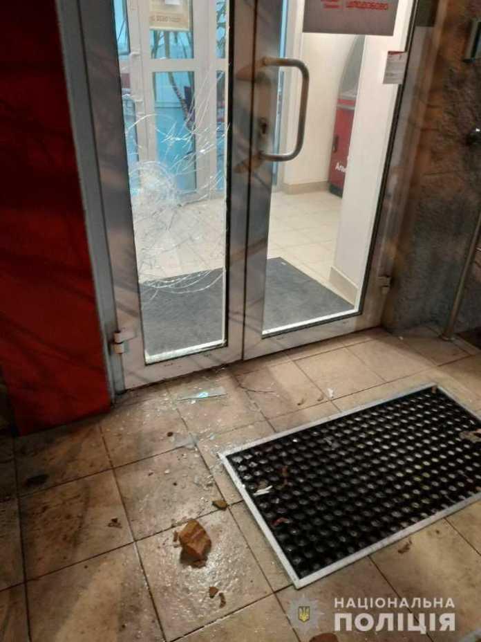 Як у Львові пошкодили фасад одного із банків