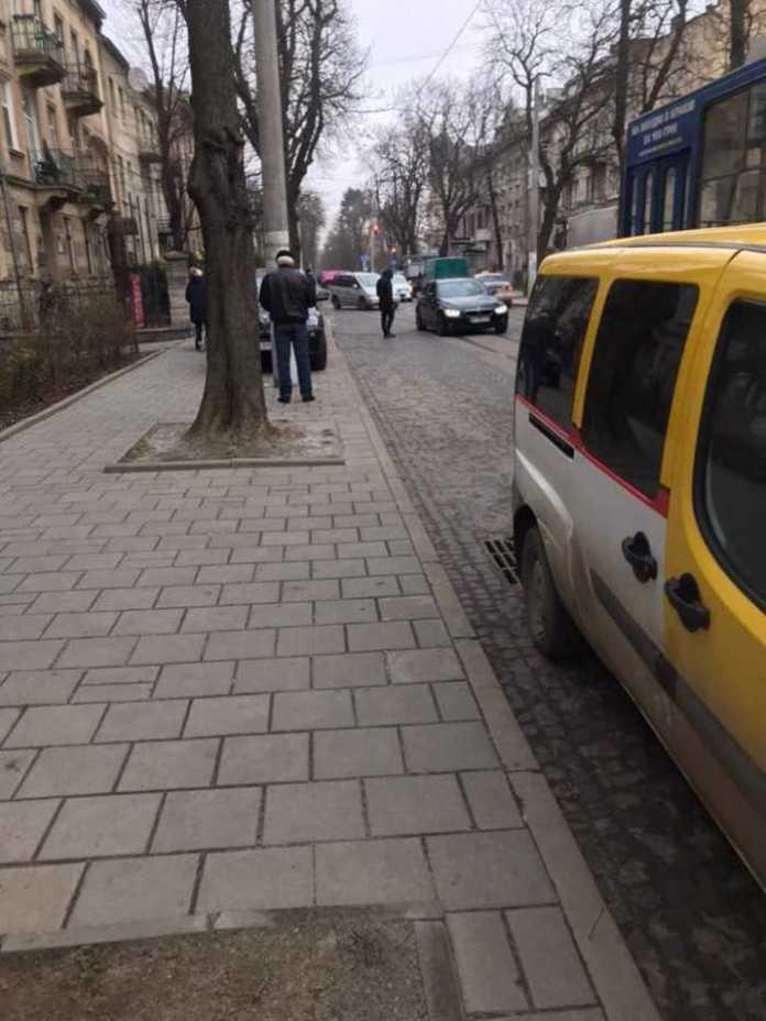 У Львові обірвались дроти. Фото Варта-1